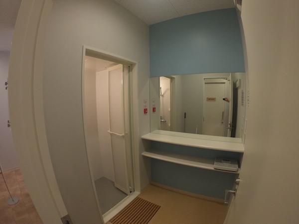 2畳ほどの脱衣場と1畳ほどのシャワールーム