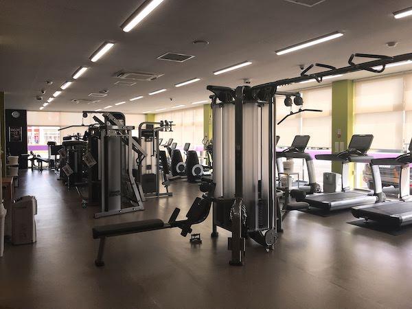 トレーニングマシンがいくつも並んだ施設内