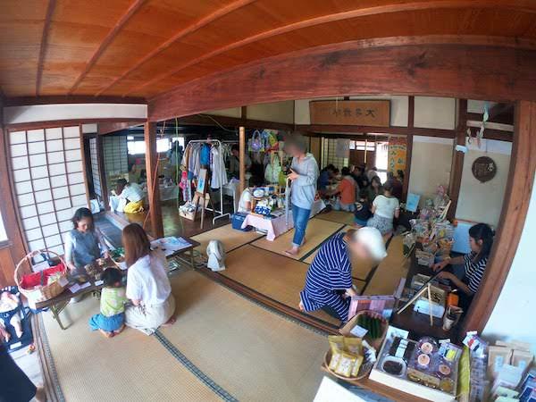 ショップが並び、子供連れで賑わってる寺内