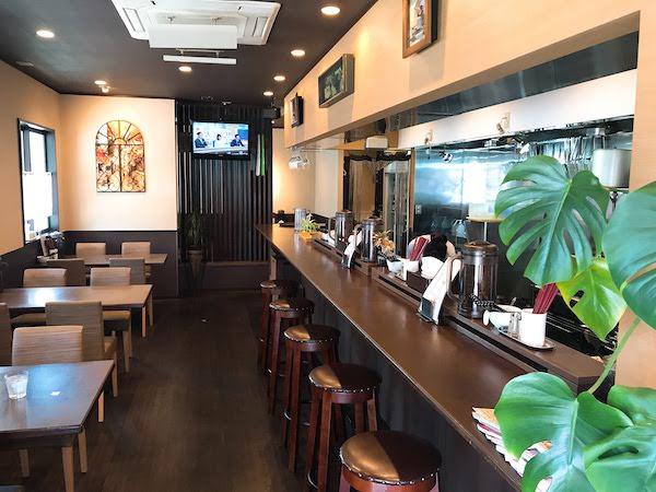 右側の厨房前にカウンター席が5席、左側に4人掛けのテーブル席が3つあります。