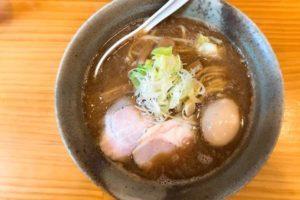 魚介ベースのスープにねぎ、チャーシュー、味玉がトッピングされたらーめん