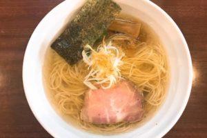 白い器に透明度のあるスープと細麺、チャーシューやメンマ、白髪ねぎがトッピングされた【麺や 真登(まさと)】の「薫る塩らーめん」