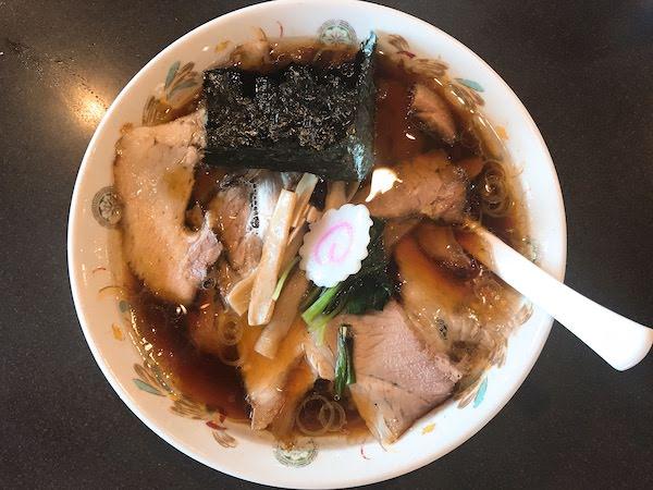 澄んだスープでチャーシューがたくさんトッピングされた生姜醤油ラーメン。