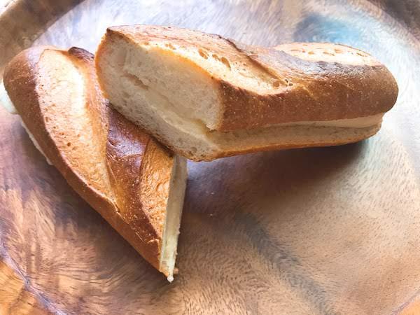 ミルククリームがたっぷり詰まったソフトフランスパン