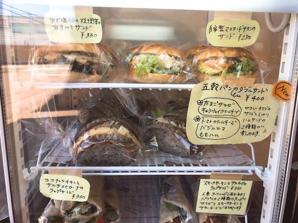 サンド系商品がたくさん並んだショーケース